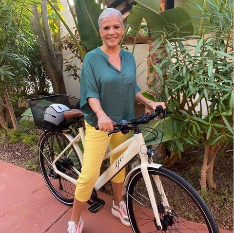 Stars auf dem Fahrrad: Birgit Schrowange mit ihrem E-Rad auf Mallorca
