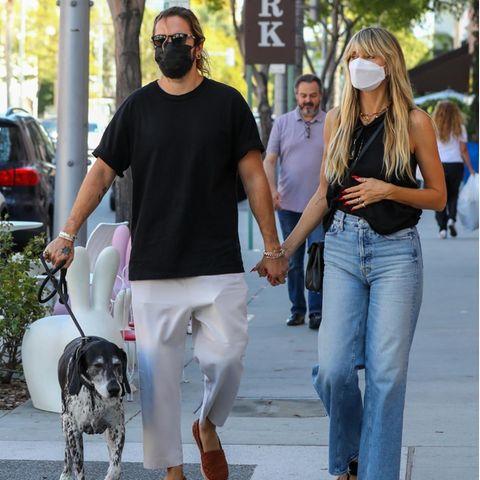 Seit Heidi mit Tom zusammen ist, liebt sie den lässigen Boho-Style, der typisch für Kalifornien ist. Anstatt enger Skinny-Jeans setzt sie beim gemeinsamen Spaziergang lieber auf eine weite Flared-Denim-Pants. Weite lässige Hosen bevorzugt auch ihr Ehemann. Mit Zehenschuhen, einer schwarzen Crossbody-Bag und denHaaren im Undone-Stil wirkt Heidi wie ein richtiges California-Girl.