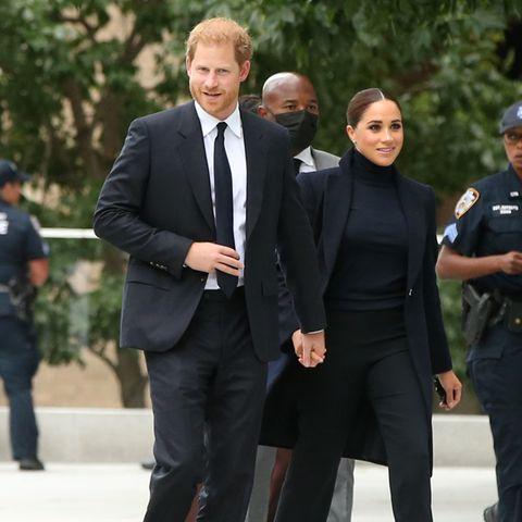 """Sie sind zurück! Für ihren ersten öffentlichen Termin nach der Geburt ihres zweiten Kindes wählt Herzogin Meghan einen Look, der nach """"back to business"""" schreit: In einem dunklenRollkragenpullover, einer ausgestellten Hose und einem langendunklenMantel besucht sie mit Prinz Harry das """"One World Observatory"""" in New York."""