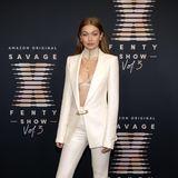 Schon vor der Show zeigt sich Topmodel Gigi Hadid im weißen Anzug-Look mit hervorblitzendem BH ziemlich verführerisch.