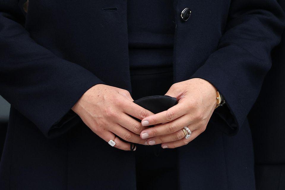 Der funkelnde Ring an Meghans kleinem Finger (auf dem Bild links) soll aus Diamanten, die aus dem Nahen Osten stammen, gefertigt worden sein.