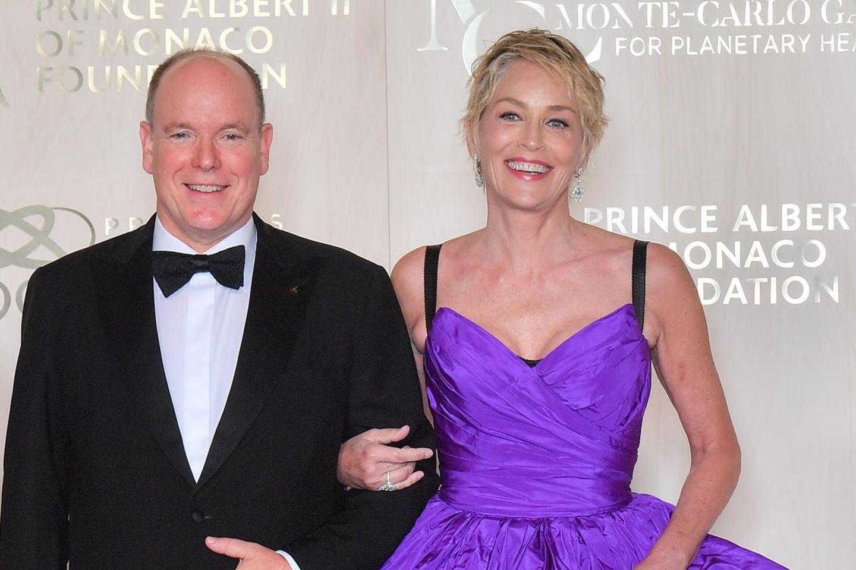 """Fürst Albert und Sharon Stone zeigen sich blendend aufgelegt bei der """"Monte Carlo Gala for the Global Ocean""""."""