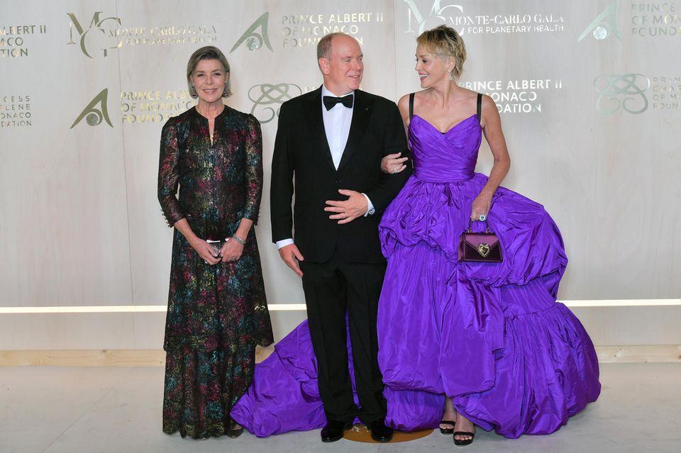 Prinzessin Caroline scheint froh darüber zu sein, ihren Bruder Fürst Albert dank seiner charmanten Begleitung Sharon Stone wieder einmal lachen zu sehen.