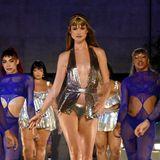 Auf der Bühne ist dann von Behati sexy Glamour zu sehen.