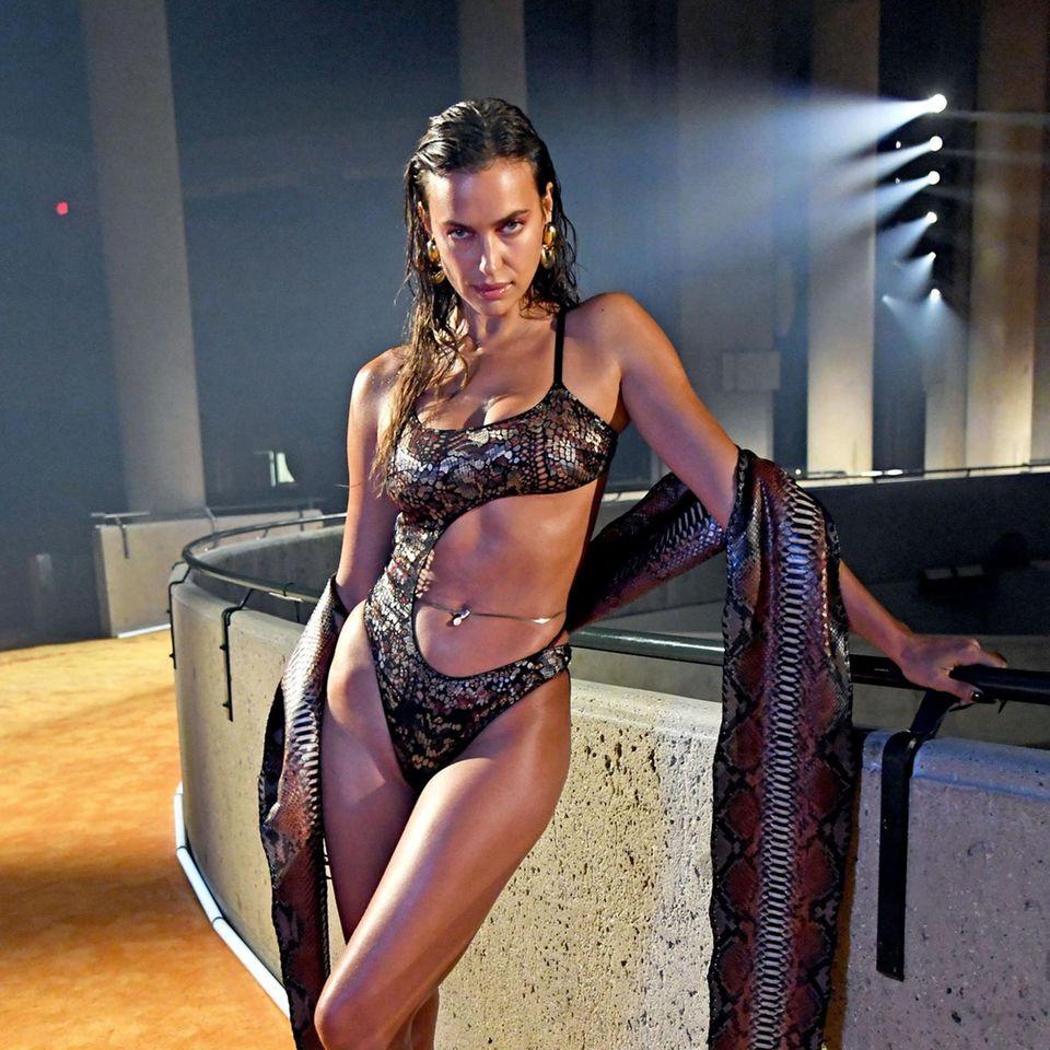 Bei der Show verführt Irina Shayk die Zuschauer im Schlangen-Look.
