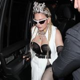 Dass die Outfits von Madonna öfter für geteilte Meinungen sorgen, ist nichts Neues. Bei diesem Look bleibt einem aber nichts übrig, außer zu fragen: Was hat sie sich denn dabei gedacht? Als wären Netzstrumpfhose, gewickelter und halb offener Rock, Quetsch-Korsage und Weste nicht schon genug, rundet sie ihr wirres Outfit mit Krone und einer klaren Aussage ab: F*** you. Da scheint wohl jemand mit dem falschen Fuß aufgestanden zu sein.