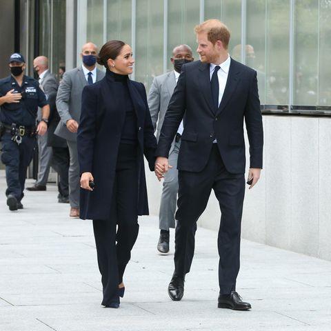 Herzogin Meghan und Prinz Harry dicht gefolgt von Personenschützern bei ihrem Besuch in New York