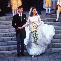 Am 24. September 1994 wurde in der Luxemburgischen Großherzogenfamilie Hochzeit gefeiert,das aber im französischen Versailles.Prinz Guillaume heiratet dortseine Verlobte Sibilla Weiller, die in einem Brautkleid mit Satin, Spitze und gerafftem Saum sowie einem Schleier aus Spitze ihren Mann und die Hochzeitsgäste verzaubert. Guillaume ist der Bruder des amtierenden Großherzogs Henri undmit seiner Frau eher selten im Auftrag des Fürstenhauses in der Öffentlichkeit zu sehen.