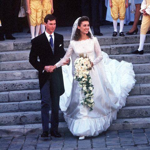 Am 24. September 1994 wurde in der Luxemburgischen Großherzogenfamilie Hochzeit gefeiert,das aber im französischen Versailles.Prinz Guillaume heiratet dortseine Verlobte Sibilla Weiller, die in einem Brautkleid mit Satin, Spitze und gerafftem Saum sowie einem Schleier aus Spitze ihren Mann und die Hochzeitsgäste verzaubert. Guillaume ist der Bruder des amtierenden Großherzog Henri undmit seiner Frau eher selten im Auftrag des Fürstenhaus in der Öffentlichkeit zu sehen.