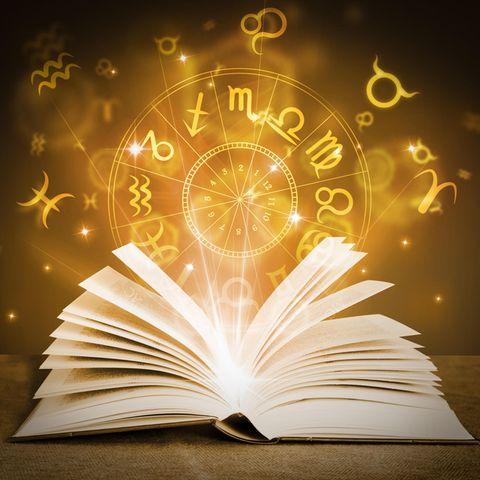 Horoskop: Ein Buch mit astrologischen Symbolen