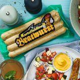 """Ab ins RegalIn der VOX-Show """"Die leckersteIdeeDeutschlands"""" wurde die Kartoffeldöner Bratwurst von Erfinder Hani Alhay von der Jury zum Sieger gekürt. Die Basis besteht aus 60 % Putenfleisch und istgespickt mit Kartoffelstückchen, Parmak Sucuk (nachArt einer Knoblauchwurst) und Spinat.Erhältlich beiREWE, 400-Gramm-Packungetwa4,49 Euro."""