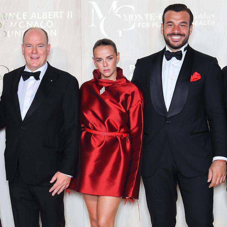 """Pauline Ducruet glänzt in wahrsten Sinne des Wortes bei der fünften """"Monte-Carlo Gala For Planetary Health"""". In ihrem schimmernden Kleid in kräftigem Rot zieht die Nichte von Fürst Albert (l.) alle Blicke auf sich. Das Beste: Das außergewöhnliche Dress hat die 27-Jährige für ihr Label """"Alter"""" selbst entworfen."""