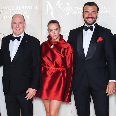 """Pauline Ducret glänzt in wahrsten Sinne des Wortes bei der fünften """"Monte-Carlo Gala For Planetary Health"""". In ihrem schimmernden Kleid in kräftigem Rot zieht die Nichte von Fürst Albert (l.) alle Blicke auf sich. Das Beste: Das außergewöhnliche Dress hat die 27-Jährige für ihr Label """"Alter"""" selbst entworfen."""