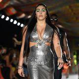 Lourdes Leon präsentiert bei der Versace-Show in Mailand ein gewagtes silber schimmerndes Dress mit Cut Outs, die die kurvige Figur von Madonnas Tochter perfekt zur Geltung bringen.