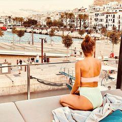"""""""Schatz, ich hab mal eingeparkt"""", schreibt Annemarie Carpendale zu diesem unglaublichen Urlaubsfoto, dassie auf einer Jacht zeigt. Die 43-Jährige und ihr Mann Wayne Carpendale genießen den Ausblick auf den Hafen in Ibiza und tanken dabei nicht nur Sonne, sondern auch Kraft."""