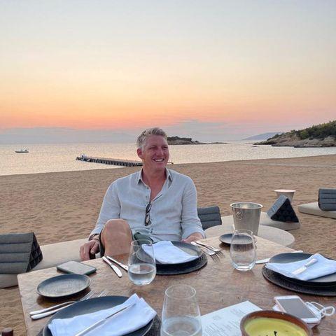"""Was für eine traumhafte Dinner-Location, die Bastian Schweinsteiger hier ausgewählt hat. Mit dem Bild verrät der Mann vonAna Ivanović ein amüsantes Detail aus seinem Familienleben. Denn offenbar ist es der einstige Nationalspieler, immer """"der Erste am Tisch"""" ist. Kein Wunder, immerhin ist seine Frau eine begnadete Hobbyköchin, wie sie auf Instagram immer wieder unter Beweis stellt."""