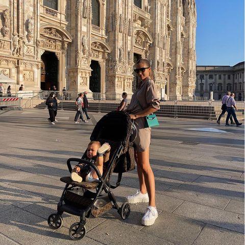 """Wenn Ann-Kathrin Götze ein neuesBild mit ihrem kleinen Sohn Rome teilt, dann ist klar, auf wem der Fokus liegt. Der Götze-Sprössling verzaubert mit seinem ansteckenden Lachen immer wieder die Community seiner Mama. Auch auf diesem Bild ist Romi der Star: Mit seiner lässigen Pose stiehlt er der Influencerin gekonnt die Show. """"Romi scheint Yoga zu üben"""", schreibt ein User amüsiert."""