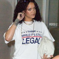 """Rihanna hat eine klare Message an ihre Fans: """"Denkt nach, solange es noch legal ist."""" In einem weißen Shirt des Kultlabels Vetements betritt die Sängerin nach ihrer heißen """"Savage X Fenty Vol. 3""""-Show in Los Angelesein Tonstudio. Die Musikerin nimmt gerade ein neues Album auf, von dem sie bereits angekündigt hat, dass es """"ganz anders"""" sein wird, als ihr bisheriger Sound."""