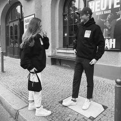 """Mit diesem Partnerlook läuten Anna Schürrle und Ehemann André Schürrle dann wohl offiziell den Herbst ein. Die zweifachen Eltern zeigen sich nur kurz nach der Geburt ihres Sohnes Bodhi vollkommen entspannt inlässigen Hoodies. Viele Worte bedarf es nicht – die verliebten Blickesprechen für sich und entgehen auch den Fans nicht. Das Urteil: """"Sehr erstaunlich romantisches Paar!"""" Da können wir nur zustimmen."""