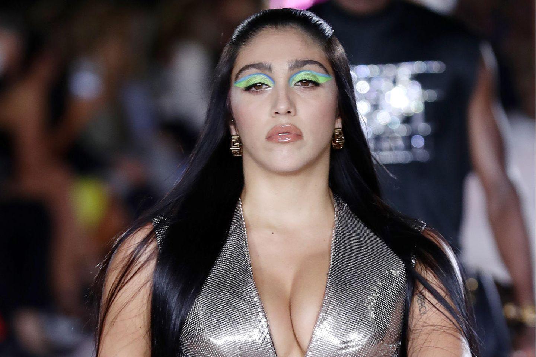 Lourdes Leon auf dem Catwalk bei der Versache-Show