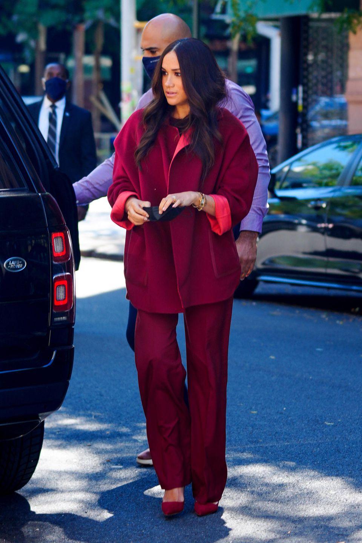 Beim Besuch einer Schule im New Yorker Stadtteil Harlem setzt Meghan auf eine Kombination inBeerenfarben. Zur fließenden Hose kombiniert sie einen Mantel aus Kaschmir, ein beerenfarbenes Shirt und Heels von Malono Blahnik im selben Farbton. Wie es scheint, war die Herzogin nicht richtig auf die warmen Temperaturen in New York vorbereitet, immerhin wirken ihre Looks bisher eher herbstlich. Viele Stimmen im Netz sehen in ihrem beerenfarbenen Look eine Reminiszenz zur Ex-First-Lady der USA. Michelle Obama trug bei der Inauguration von Joe Biden einen ähnlichen Style. Absicht oder Zufall?