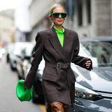 Ohne knalliges Grün geht derzeit in Modekreisen gar nichts. Bloggerin Leonie Hanne kombiniert zum Blazer mit XXL-Schultern grüne Details, einRollkragenshirt, eine Sonnebrille sowie die Trendtasche schlechthin: eine Mini Bag von Bottega Veneta.