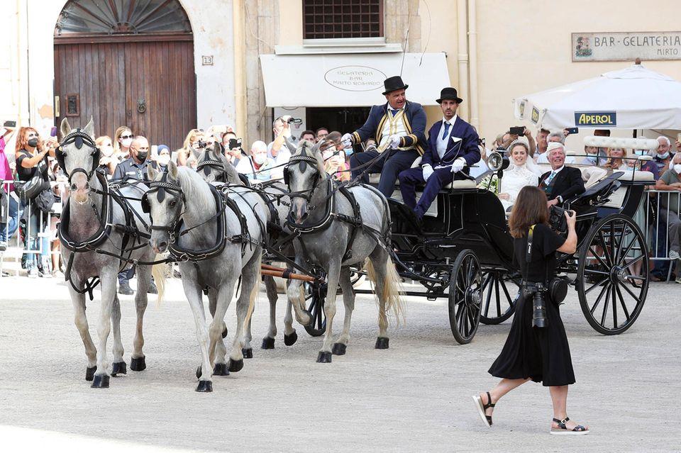 Lady Charlotte indesay-Bethune fuhr in einer offenen Kutsche vor der Kathedrale in Monreale vor, um Prinz Jaime von Bourbon-Sizilien das Jawort zu geben