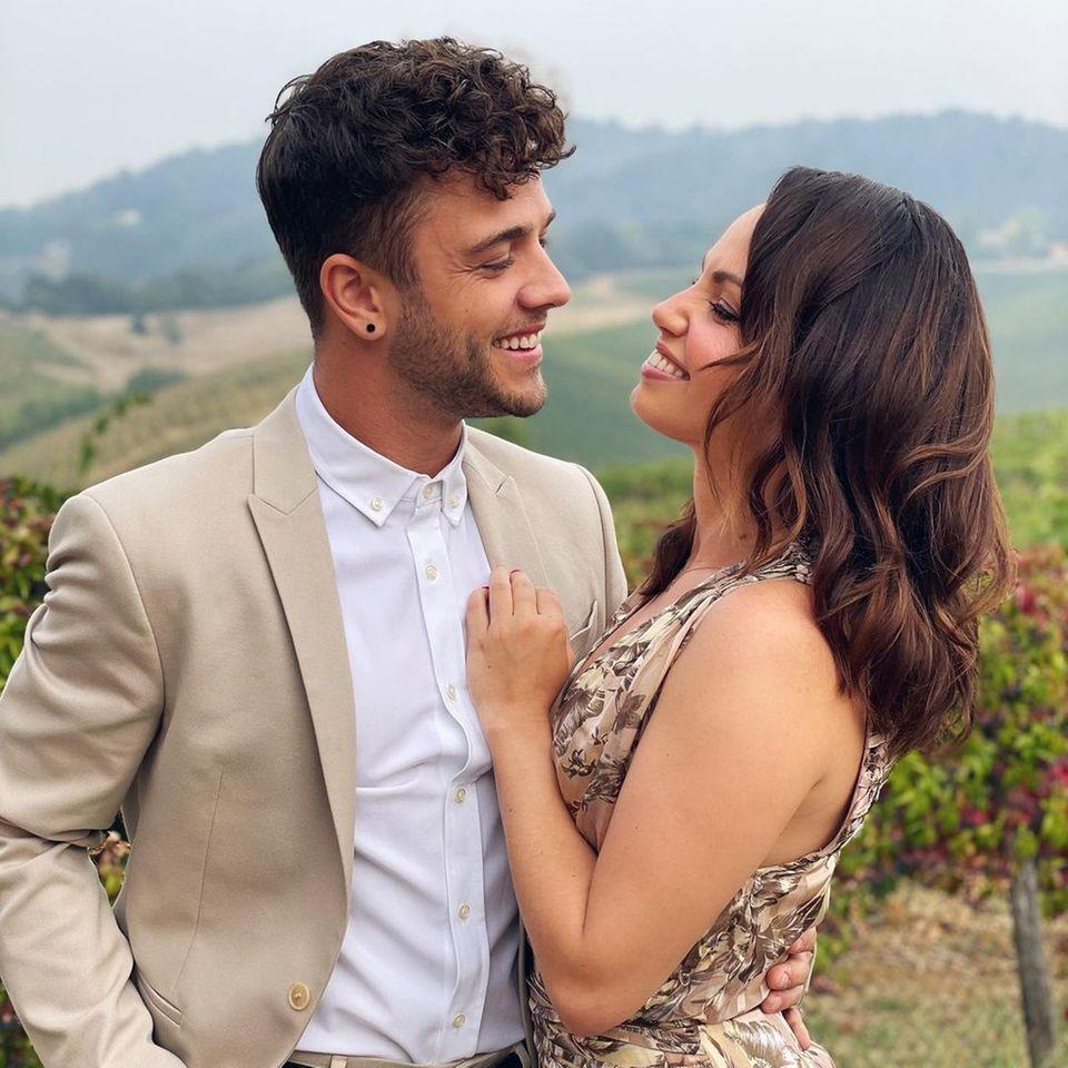 Luca Hänni und Christina Luft scheinen von Tag zu Tag verliebter. Diese Blicke sprechen für sich! Das Paar meldet sich aus Italien, wo die beiden gemeinsam eine Hochzeit besuchen. Ihre Looks haben sie perfekt aufeinander abgestimmt. Das cremefarbene Kleid der Tänzerin und der helle Anzug des Musikers harmonieren ebensowie das verliebte Paar. Die sanften Töne passen darüber hinaus perfekt zu der sommerlichen Atmosphäre in Italien.