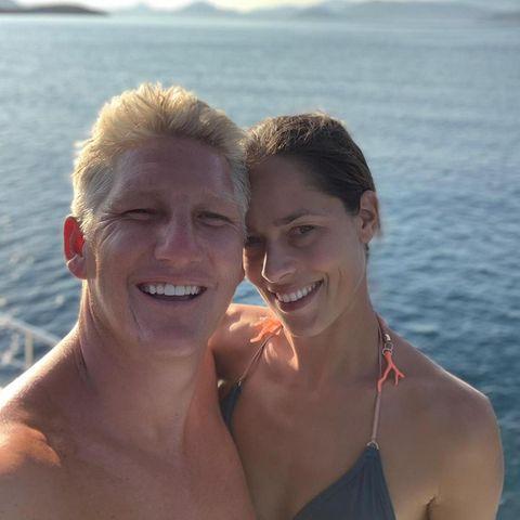 """Mit diesem Schnappschuss teilt Ava Ivanović nicht bloß ein verliebtes Paar-Selfie mit ihrem Mann Bastian Schweinsteiger. Nein, die Sportlerin macht dem Vater ihrer zwei Kinder gleichzeitig eine unglaublich süße Liebeserklärung. """"Behalte die Menschen, die direin Lächeln ins Gesicht zaubern, in deiner Nähe, denn sie sind das Wertvollste im Leben"""", schreibtIvanović auf Instagram."""