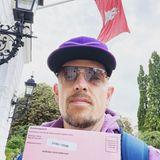 Gezwitscher: Jan Delay gibt seine Briefwahlunterlagen am Altonaer Rathaus ab