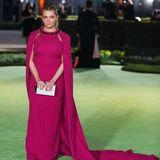 Abigail Breslin setzt mit ihrem eleganten Cape-Kleid in Pink von Pamella Roland einen tollen farblichen Akzent auf dem grünen Teppich vor dem Academy Museum.