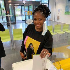 Gezwitscher: Motsi Mabuse wirft ihren Stimmzettel in die Wahlurne