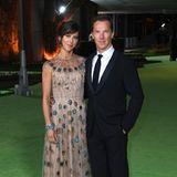 Sophie Hunter bezaubert mit Ehemann Benedict Cumberbatch an ihrer Seite im ungewöhnlichen Couture-Look mit Iris-Motiven von Christian Dior.
