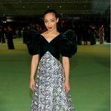 Mit samtigen Puffärmeln und floralem Rock in Silber zeigt sich Ruth Negga bei der Opening Gala. Der Look stammt von Shrimpton Couture.