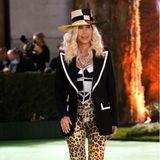 Zum ungewöhnlichen Schwarz-Weiß-Look setzt Cher mit ihrerLeo-Print-Hose einen gewagten Style-Kontrast.
