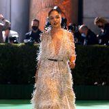 Marvel-Star Tessa Thompson schwebt im Feder-Kleid von Christian Dior über den Green Carpet.