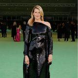 Schwarz glänzt Laura Dern in ihrem asymmetrischen One-Shoulder-Dress von Roland Mouret.