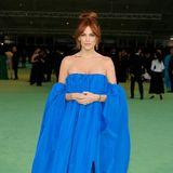 In ihrem schulterfreien und leuchtend blauen Satin-Look Schiaparelli ist Riley Keough eine der wenigen, die richtig Farbe auf den grünen Teppich vor dem neuen Museum bringen.