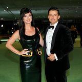Im stylischen Leder-Dress von Louis Vuitton ist Katy Perry rockiger unterwegsals Orlando Bloomim braven Samt-Anzug.