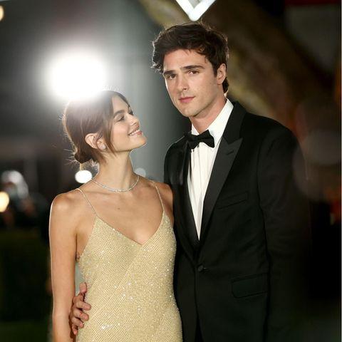 Verliebte Blicke wirft Topmodel Kaia Gerber ihrem Freund Jacob Elordi zu. Dabei ist sie im dezenten Glamour-Look in hellem Gold ebenso schön anzusehen.