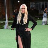 Im schwarzen Glamour-Look zeigt Lindsey Vonn ganz viel Bein.