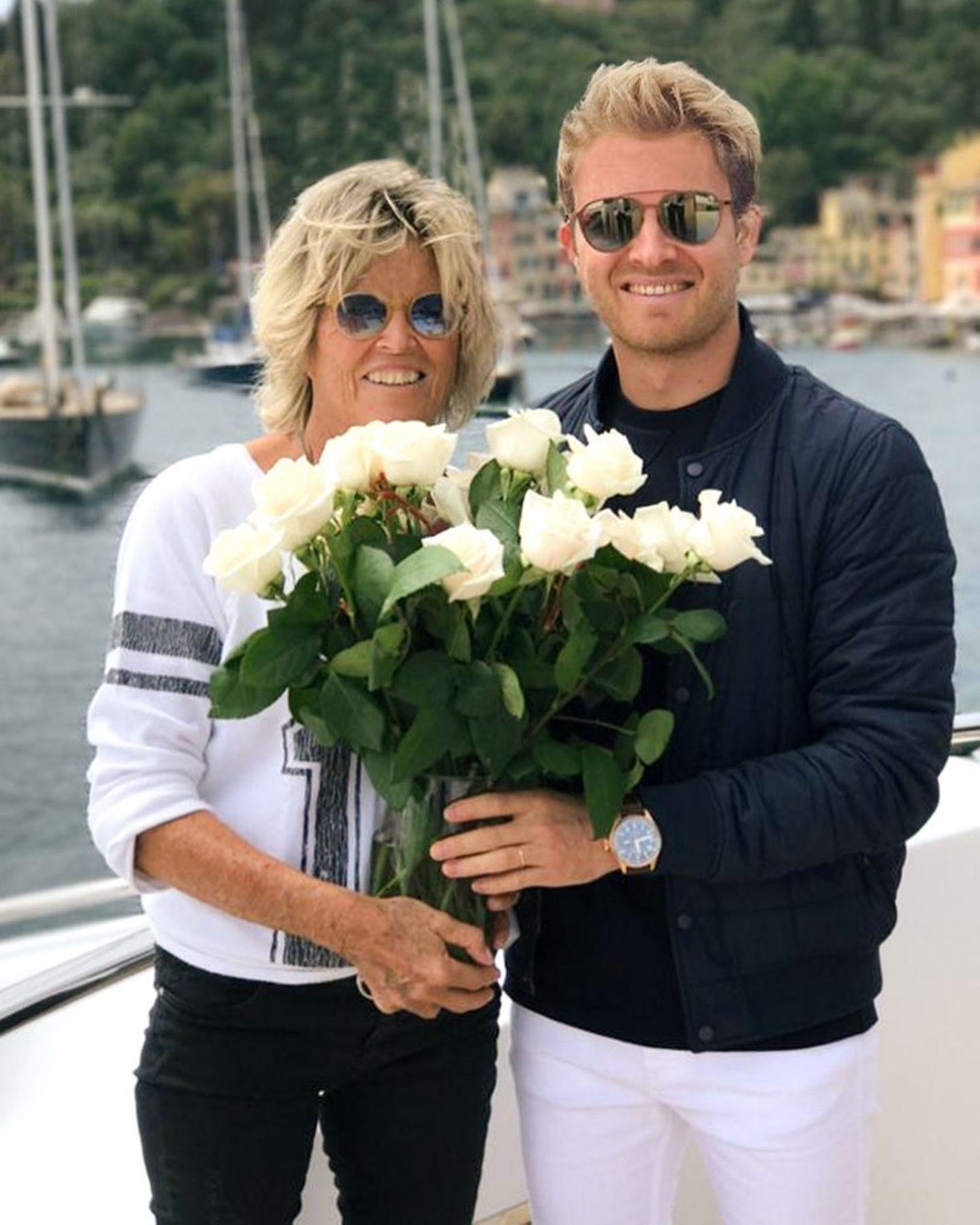 Mama ist die Beste: Nico Rosberg gratuliert seiner Mama mit einem Strauß Rosen