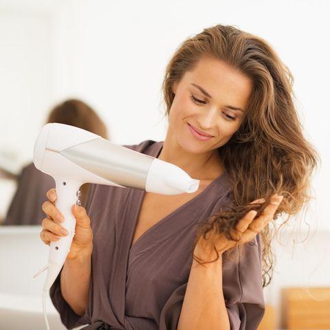 Top-Deal: Frau beim Haareföhnen, Haartrockner, Haarföhn