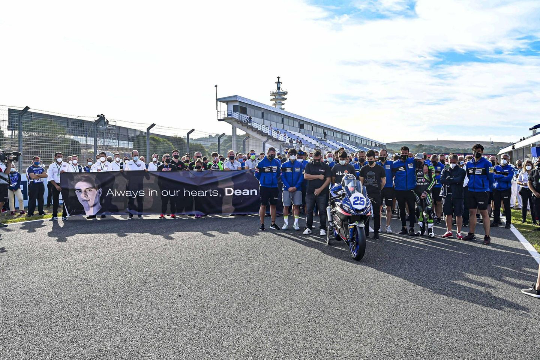 Bei der Superbike-Weltmeisterschaft 2021 legen Freunde, Kollegen und Fans von Dean Berta Viñales eine Schweigeminute ein.
