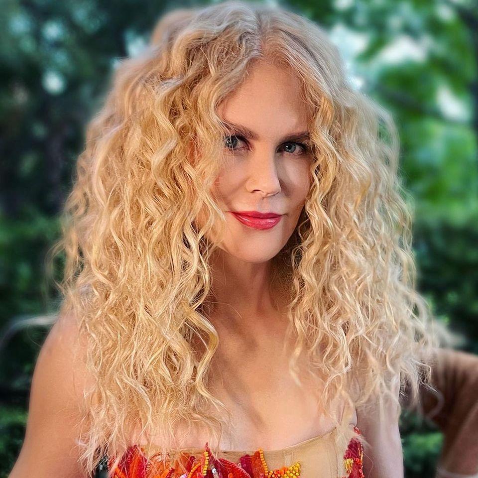 Nicole Kidman zeigt sich von ihrer wilden Seite! Für ihren neusten Red-Carpet-Look setzt die Schauspielerin auf eine wilde Lockenpracht. Während sie in den 90ern immer öfter auf ihre natürliche Löwenmähne setzte, trug Kidman ihr Haare in den letzten Jahren eher glatt und sleek. Die Hommage an ihre Naturhaare steht der Schauspielerin auf jeden Fall ganz wunderbar.