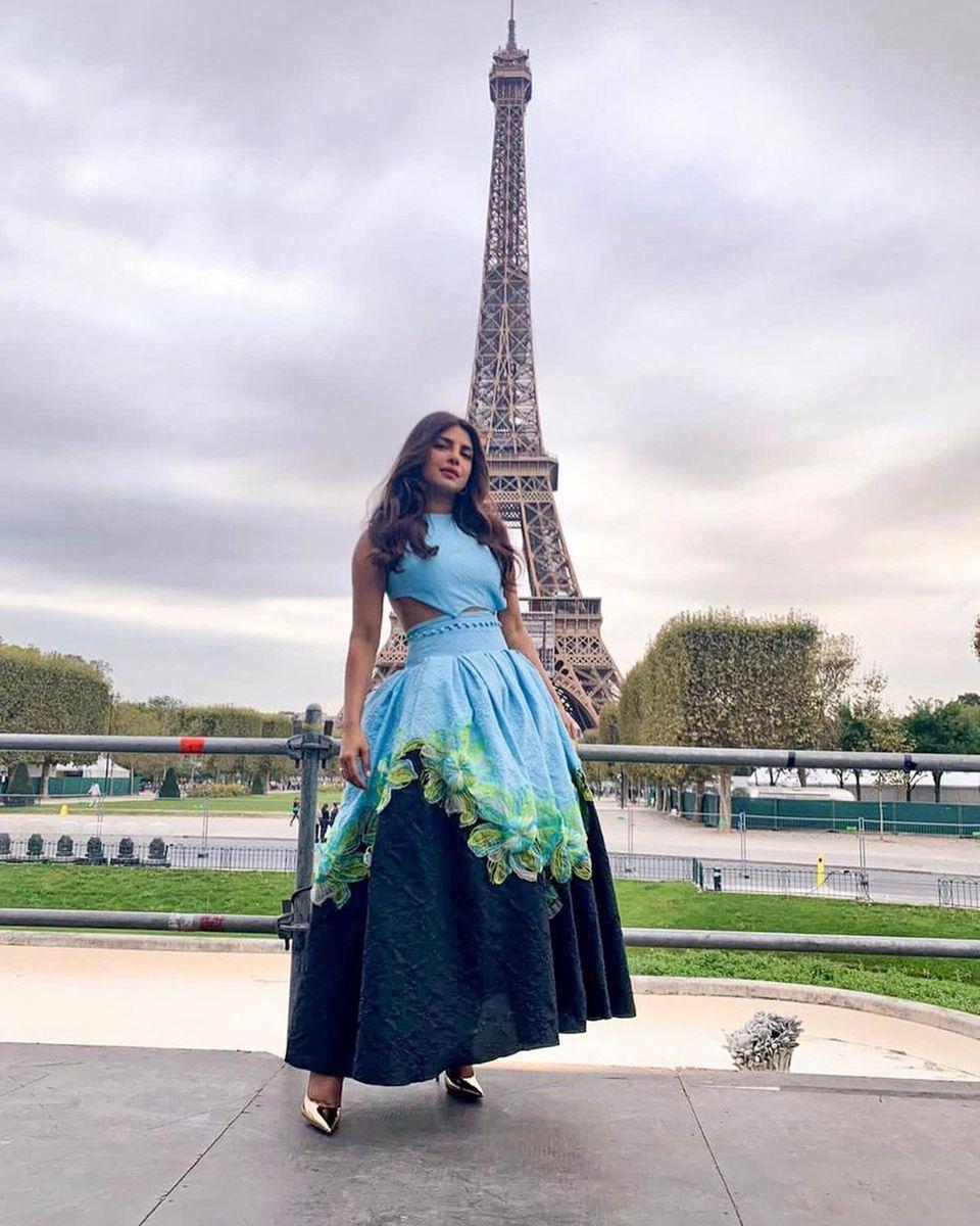 Stars in Paris: Priyanka Chopra posiert vor dem Eiffelturm