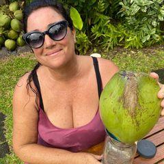 Happy-Hour: Keely Shaye Brosnan mit Kokosnuss