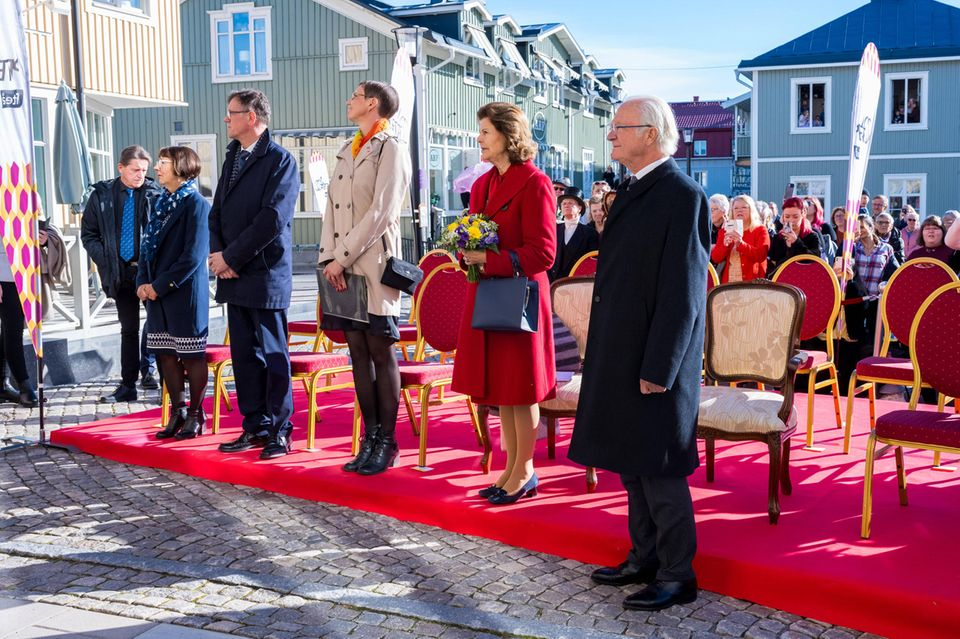 Royaler Terminkalender: Königin Silvia + König Carl-Gustaf vor dem Rathaus in Piteå