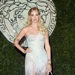 Auch Chiara Ferragni gehört zu den Gästen der Modenschau von Fendi x Versace.Für dieses besondere Event greift die Designerin zu einem silbernen Mini-Kleid mit Fransen, welches sie auf dem roten Teppich vor Beginn der Show präsentiert.