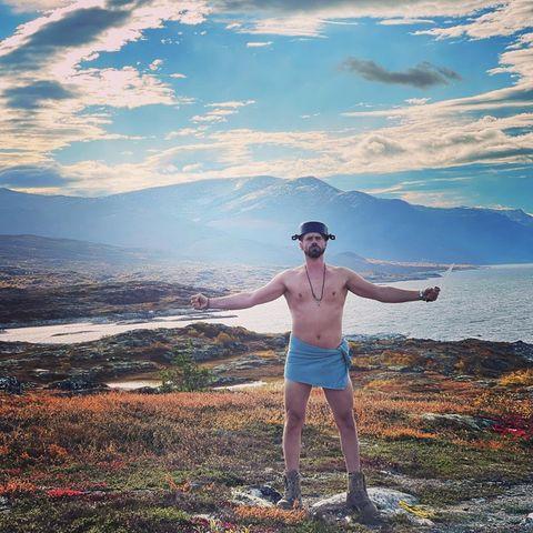 Outdoor: Thore Schölermann posiert oberkörperfrei in der Natur von Norwegen